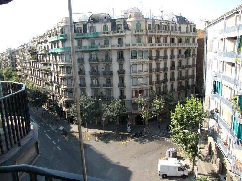 Типичный перекрёсток Барселоны в районе авеню Пасео Грасио