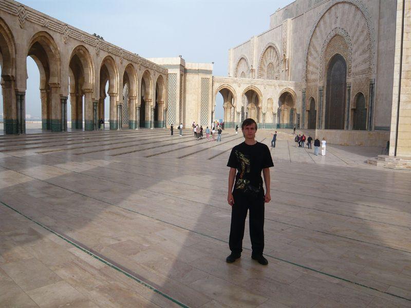 У входа в Мечеть Хасана II