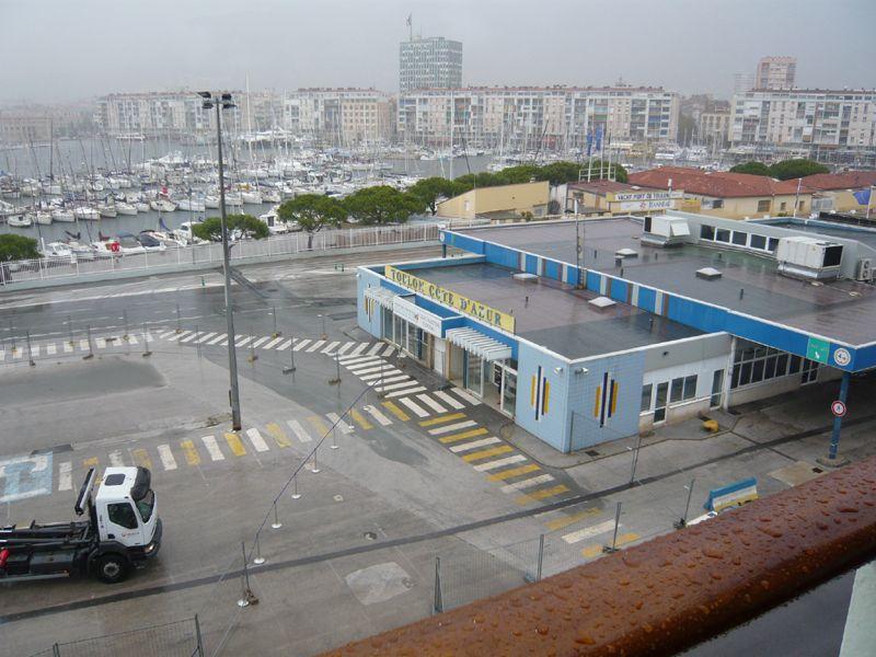 Порт Тулона под проливным ливнем