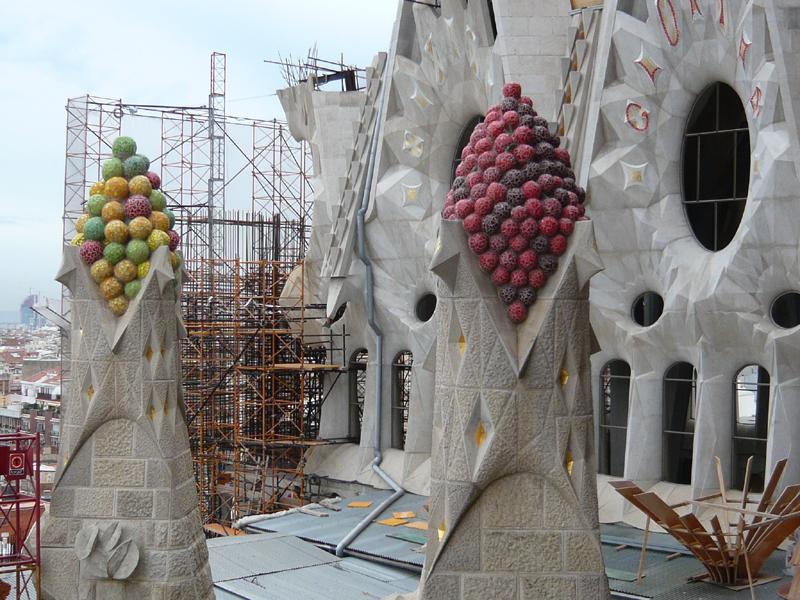 Работа кипит днём и ночью. Собор строится уже около 100 лет, время окончания стройки - 2050-й год...